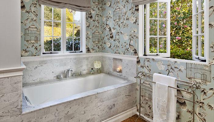 Ánh sáng tự nhiên mang lại cảm giác thoáng mát, dễ chịu cho phòng tắm