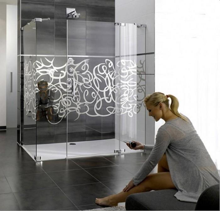 Phòng tắm vách kính có trang trí hoa văn