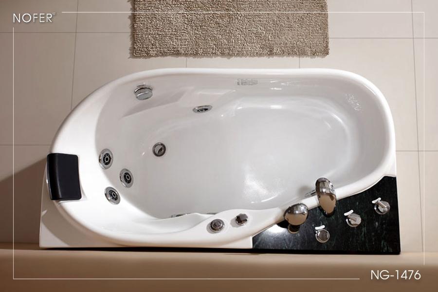 Toàn bộ bồn tắm là 1 màu trắng sứ đặc trưng từ chất liệu tạo thành